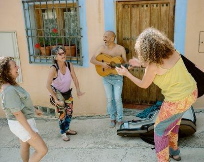 """Un grupo de amigas se despide con música de un fin de semana de retiro espiritual en Aluenda, una aldea de la sierra de Vicor, en la comarca de Calatayud (Aragón). Jose, el hombre que toca la guitarra, bromeó: """"Nos ha sentado de maravilla. Estamos con todos los chakras abiertos""""."""