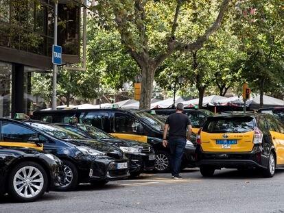 Acumulación de taxis en la parada de c/ Diputació con Rambla de Catalunya en Barcelona.