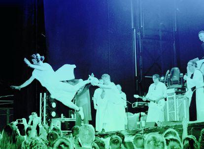 Uno de los miembros de Los Inhumanos vuela sobre el público en un concierto en 2005.