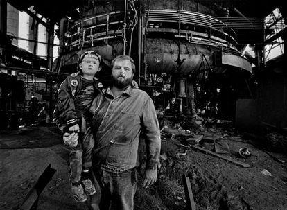 Ken Platt y su hijo Ken posan en los altos hornos Jeannette, cerrados en 1984. Sobre ellos habla Bruce Springsteen en 'Youngstown', canción que narra el declive de la industria del acero en Ohio.