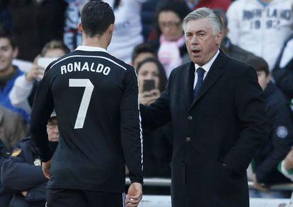 Ancelotti consuela a Cristiano tras su expulsión.