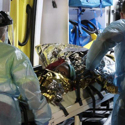 GRAFCAN6338. ARGUINEGUÍN (GRAN CANARIA), 16/03/2021.- Uno de los niños rescatados por Salvamento Marítimo cuando navegaban en una patera a cinco millas de Gran Canaria junto a otros 51 inmigrantes subsaharianos, es trasladado por una uvi movil a su llegada esta noche al puerto de Arguineguín. EFE/ Angel Medina G.