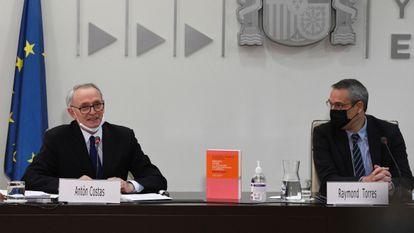 A la izquierda, el presidente del CES, Antón Costa, junto a Raymond Torres, consejero del CES, este miércoles en la sede del organismo.