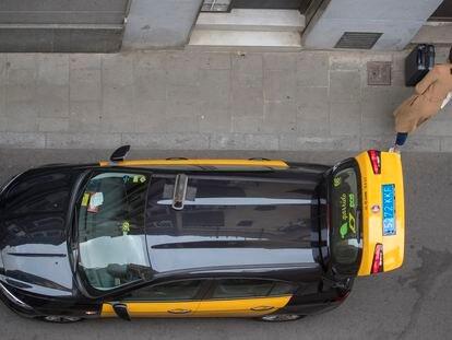 Un taxi al final de su carrera en el barrio de Gràcia, durante la pandemia de coronavirus.