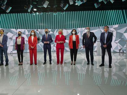 Los candidatos a la presidencia de la Comunidad de Madrid posan antes del debate que celebraron en televisión durante la campaña.