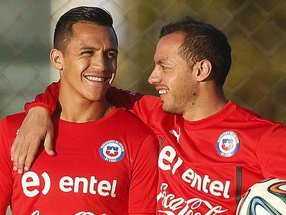 Marcelo Diaz abraza a su compañero Alexis.