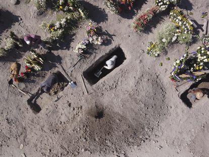 Un grupo de trabajadores cava tumbas en un cementerio de Valle de Chalco en el Estado de México.