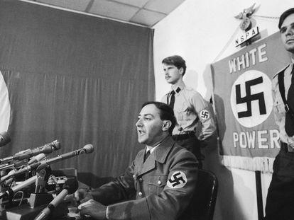 El líder neonazi Frank Collin, rodeado de militantes del Partido Nacionalsocialista de Estados Unidos, en una rueda de prensa convocada en Skokie en 1977.