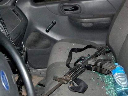 Interior de uno de los automóviles dañados durante el enfrentamiento.