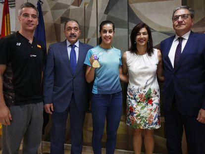 Carolina Marín, en su recepción en el CSD, junto a su entrenador, Fernando Rivas, el vicepresidente de la Fesba, Juan Carlos Longo, y la presidenta del CSD, María José Rienda.