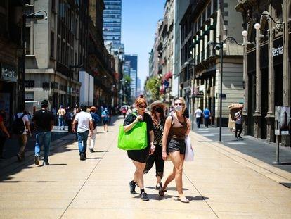 Transeuntes caminan por la calle de Madero, en el centro histórico de la Ciudad de México, en junio de 2021.