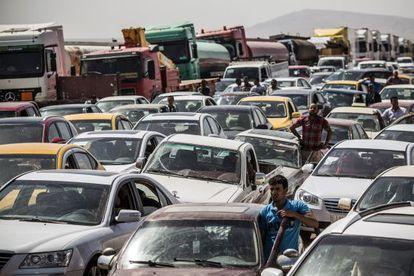 Iraquíes que huyen de Mosul, en un control en Kalak.
