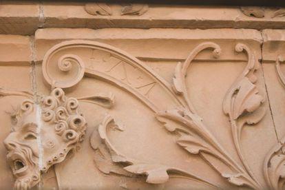 """Las iniciales entrelazadas I.T.A., que la historiadora Alicia M. Canto atribuyó, en 2014, a """"Juan de Talavera, arquitecto"""" como posible autor de la Fachada Rica."""