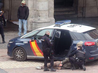 Varios policías detienen a una persona en la Plaza Mayor de Madrid. JULIÁN JAÉN