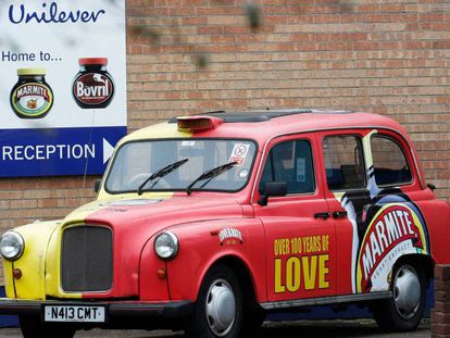 Un taxi publicitario, a la puerta de una plana de Unilever en Trent.