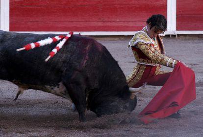José Tomás lidia su primer toro de la tarde, de nombre <i>Vinatero</i> de 497kg de la ganadería de Santiago.