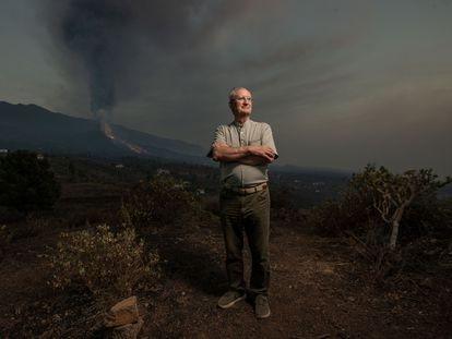 El vulcanólogo español Juan Carlos Carracedo, con el nuevo volcán de Cumbre Vieja a su espalda, en la isla canaria de La Palma.