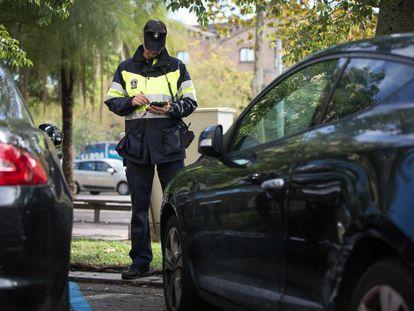 Un vigilante de parquímetro en Barcelona.