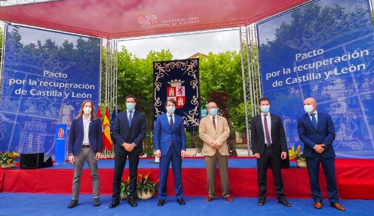 Los representantes de los princiales partidos de Castilla y León y de las instituciones autonómicas, en la firma del Pacto de recuperación regional de hace dos semanas.