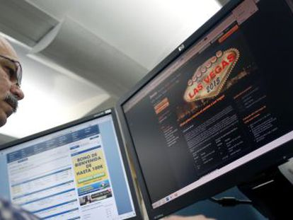 Un usuario consulta una web de apuestas online.