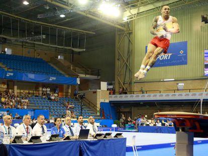 El gimnasta español Néstor Abad en la prueba de salto.