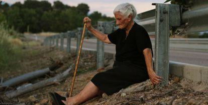 """María Martín, retratada ante la fosa de su madre para el documental """"El silencio de los otros"""", de Almudena Carracedo y Robert Bahar."""