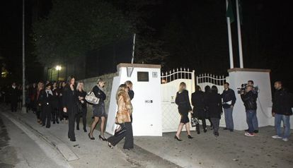 Un grupo de mujeres jóvenes, convocadas en una villa de Roma en noviembre de 2009 por Gadafi, quien presuntamente las pretendía animar a convertirse al islam.
