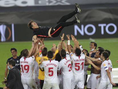 Los jugadores del Sevilla mantean al entrenador, Julen Lopetegui, tras derrotar al Inter en la final de la Europa League.