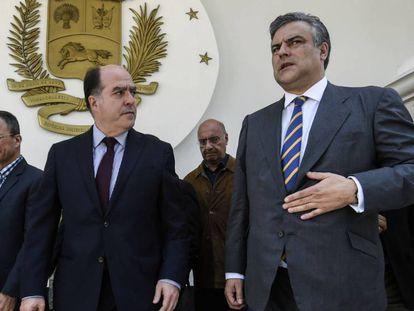 El embajador español en Venezuela, Jesús Silva (derecha), con el presidente de la Asamblea Nacional, Julio Borges.