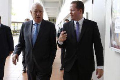 El ministro de Asuntos Exteriores de España, Manuel García-Margallo (i), y el secretario de Estado de Puerto Rico, David Bernir.