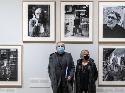 El fotógrafo Ricardo Martín y la artista Carmen Calvo, ayer en la exposición de la Nau.