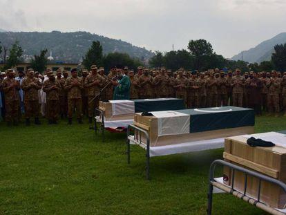 Militares paquistaníes y familiares asisten al funeral de tres soldados muertos supuestamente en un intercambio de fuego en la frontera entre la Cachemira india y paquistaní.