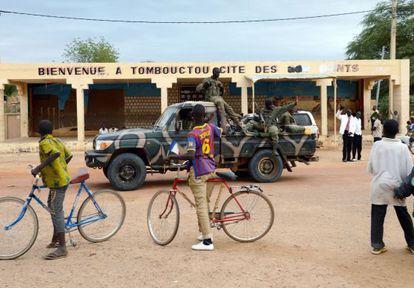 Ciudadanos de Tombuctú dan la bienvenida a soldados malienses.