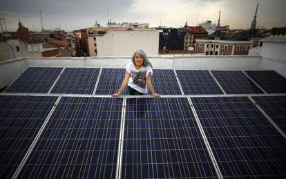 Montse Romanillos, en la azotea del edificio donde vive y cuya comunidad autoproduce parte de la energía que consume en las zonas comunes.