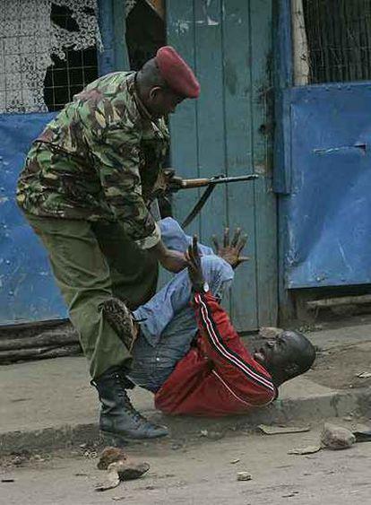 Un policía keniano agarra a un manifestante en un suburbio de Nairobi.