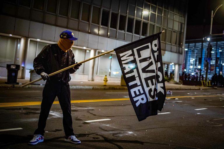 Un manifestante con una bandera de Black Lives Matter en Rochester, New York.