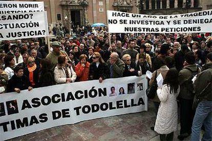 Concretación de la asociación de víctimas de Todolella, que tuvo lugar ayer en la plaza de la Virgen de Valencia.
