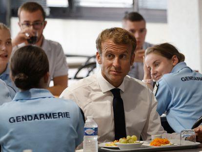 El presidente francés, Emmanuel Macron, almuerza con gendarmes en la academia de policía de Roubaix este martes
