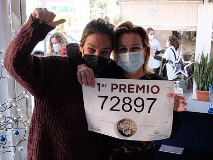 Foto: Las loteras de Punta Umbría que han repartido 240 millones del Gordo. En vídeo, dos niños de San Ildefonso cantan el Gordo del 2020: 72897