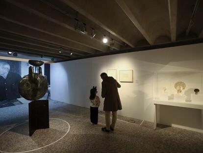 Sala sobre el proceso creativo de Miró en la Fundación Barrié de A Coruña, con la escultura 'Tête de femme' a la izquierda.