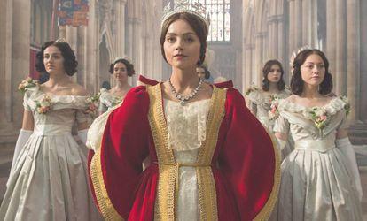 Jenna Coleman, caracterizada como la reina Victoria en la serie de ITV.