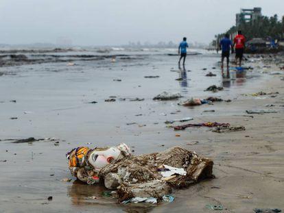 Restos de figuras de la deidad Ganesh y sus abalorios se apilan en la playa de Juhu, en el centro de Bombay, justo después de la celebración del Ganpati, uno de los festivales religiosos más venerados y contaminantes de India.