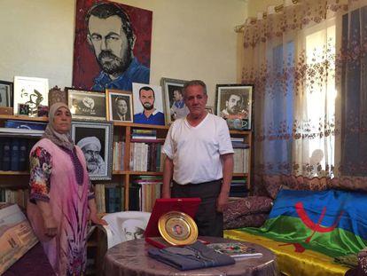 Los padres de Naser Zafzafi muestran el martes la habitación de su hijo en Alhucemas, con retratos de Naser, del líder independentista rifeño Abdelkrim el Jatabi, y una bandera amazigh.