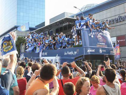 Miles de aficionados celebran la subida del Fuenlabrada a la Segunda A en su recorrido por el centro de la localidad.