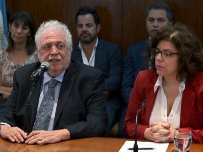 El ministro de Sanidad de Argentina, Ginés González García, junto a la secretaria de esa misma cartera, Carla Vizzotti, el viernes durante una conferencia de prensa en Buenos Aires.