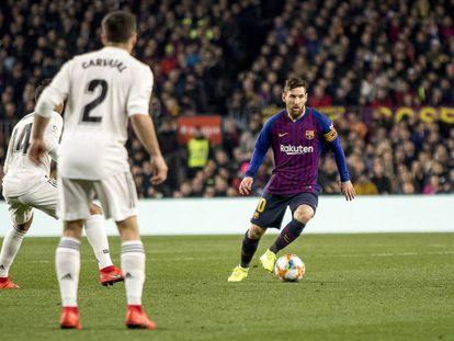 Leo Messi, ante Casemiro y Carvajal, en el clásico de Copa de febrero en el Camp Nou.