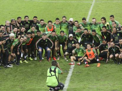 México posa para la prensa tras un entrenamiento.