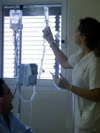 Un paciente en una sesión de quimioterapia en el hospital Clínic