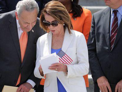 La congresista demócrata Nancy Pelosy con el senador Chuck Schumer