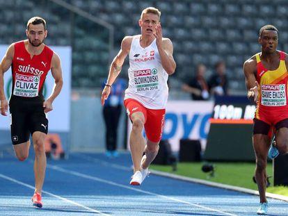 El atleta español Aitor Same Ekobo (d), en su serie de 100m.